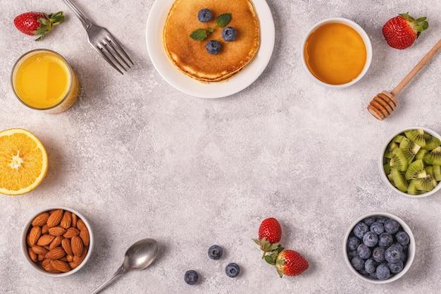 Panquecas com frutas, mel e nozes