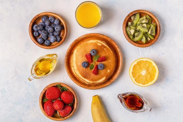Panquecas com frutas, mel, xarope de bordo.
