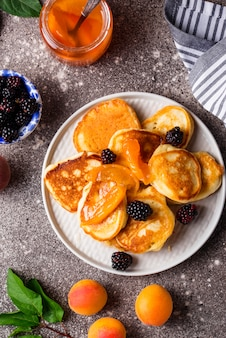 Panquecas com geléia de damasco e berry