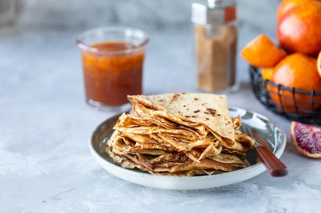 Panquecas com geléia ou geléia de laranja vermelha. saboroso café da manhã. panquecas de crepe suzette com molho de laranja.
