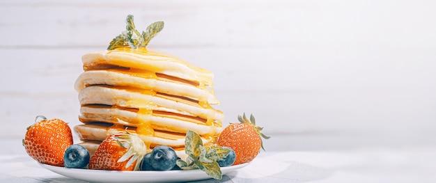 Panquecas com mel e frutas
