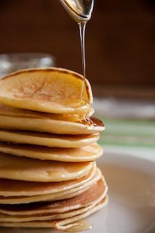 Panquecas com mel no café da manhã