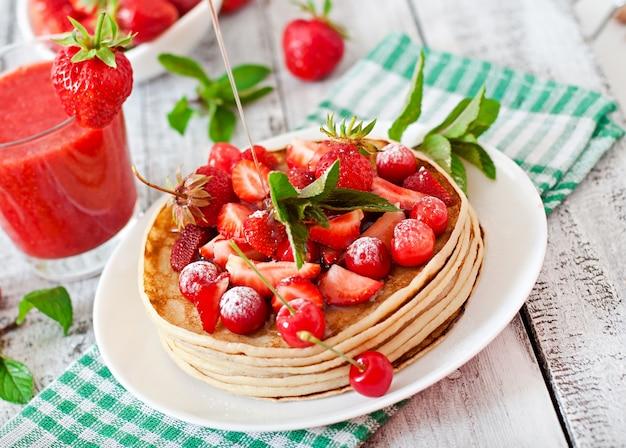 Panquecas com morangos e smoothie de morango em estilo rústico