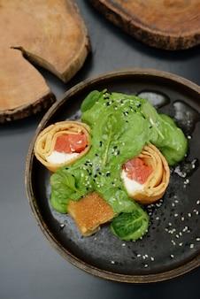 Panquecas com peixe salmão, queijo e espinafre. cardápio do restaurante