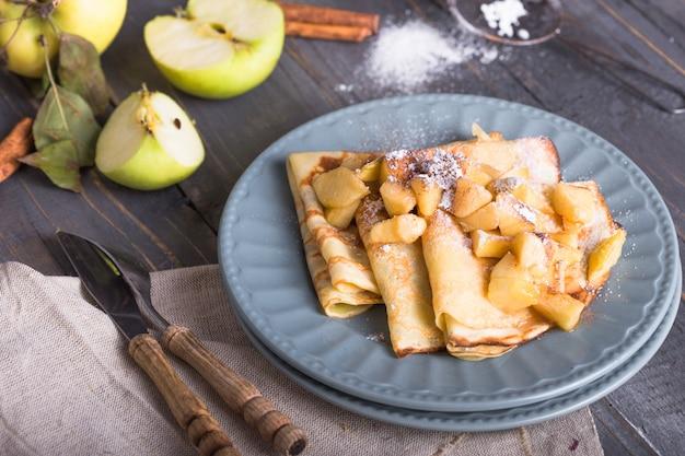 Panquecas. crepes franceses com fatias de maçã caramelizadas com mel.