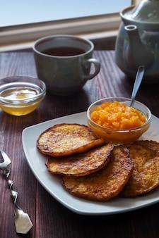 Panquecas de abóbora com mel e chá
