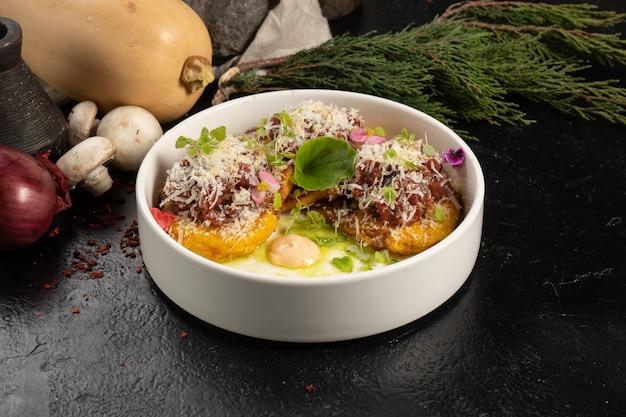 Panquecas de abóbora com tártaro bovino, queijo e molho