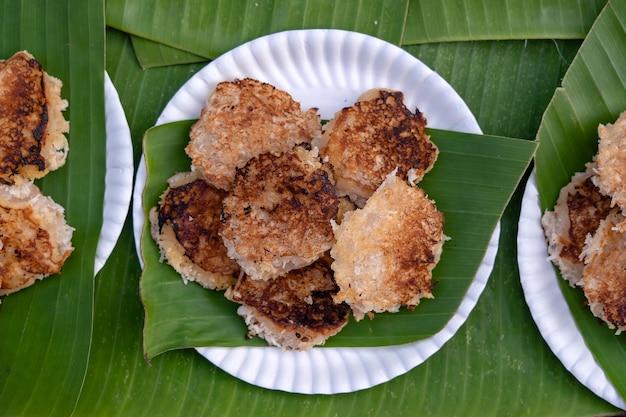 Panquecas de arroz com coco, pudim de coco é a sobremesa tradicional tailandesa ou um tipo de carne doce feita de farinha de arroz e leite de coco em um mercado de comida de rua na tailândia, close-up