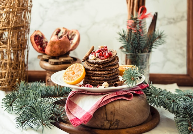 Panquecas de banana de chocolate com romã e mandarim