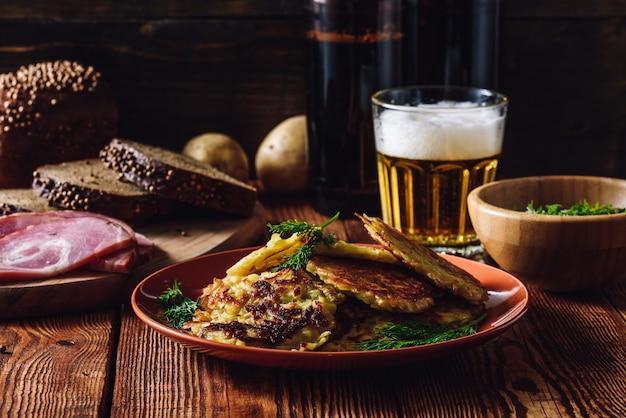 Panquecas de batata com outros petiscos e cerveja