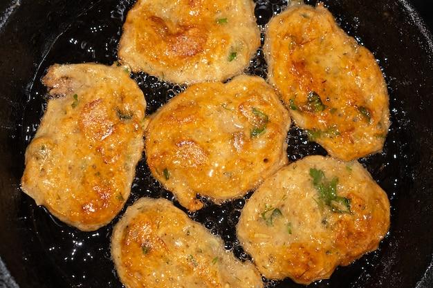 Panquecas de batata frita em uma panela vista de cima closeup