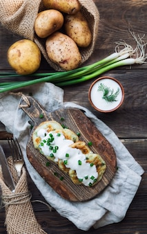 Panquecas de batata fritas caseiras frescas com latkes na tábua de madeira rústica. comida tradicional judaica para a celebração de hannukah. vista do topo.