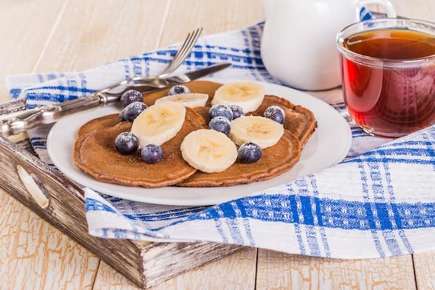 Panquecas de chocolate caseiras com frutas e banana