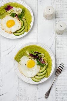 Panquecas de crepes verdes de espinafre com ovo frito