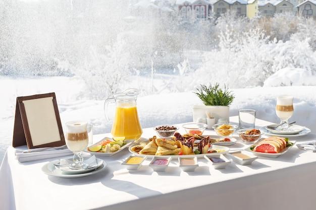 Panquecas de inverno café da manhã no terraço em frente ao restaurante