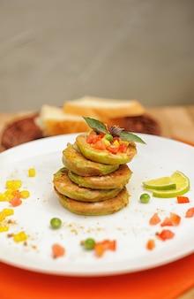 Panquecas de legumes em um prato