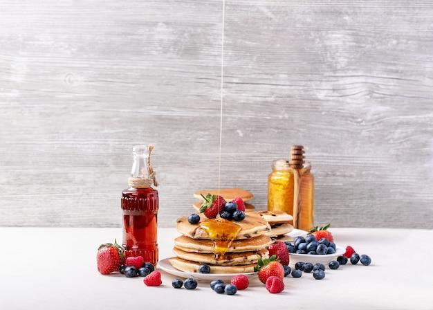 Panquecas de mirtilo servidas com mel