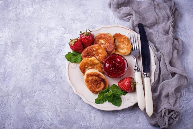 Panquecas de queijo com geléia de morangos