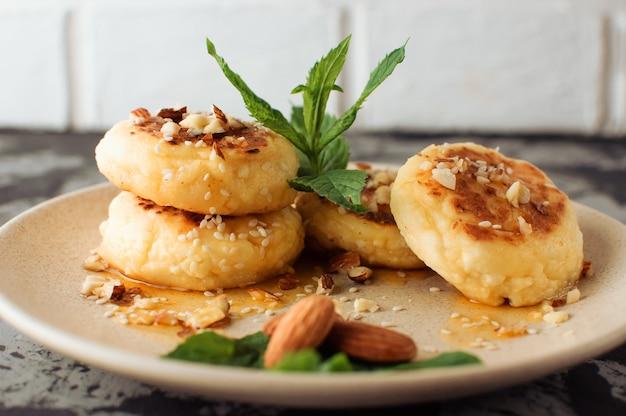 Panquecas de queijo cottage com amêndoas