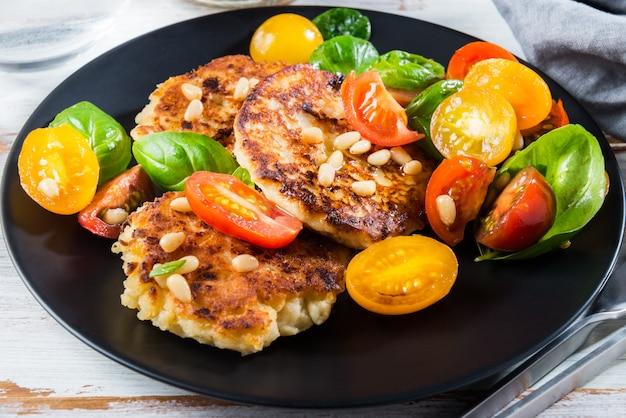 Panquecas de ricota com espinafre, tomate, manjericão e sal de pinhão