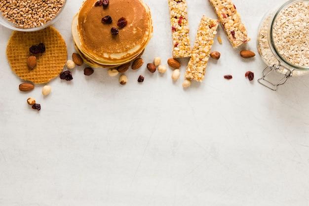 Panquecas de waffles e barras de proteínas com espaço de cópia