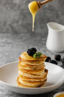 Panquecas deliciosas com amora e mel