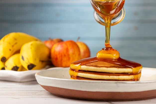 Panquecas deliciosas com manteiga e mel