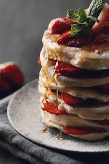 Panquecas deliciosas com morangos e mel