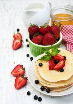 Panquecas e frutas frescas