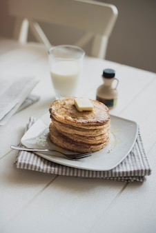 Panquecas e leite no café da manhã na mesa