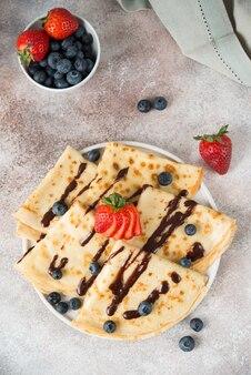 Panquecas finas caseiras com frutas e chocolate