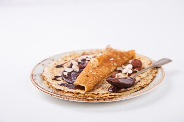 Panquecas finas com mel, chocolate, avelã
