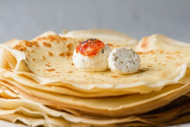 Panquecas finas estilo russo com bolinhos de queijo caseiro