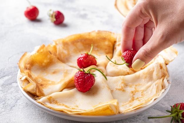 Panquecas fininhas com frutas frescas. cafe da manha