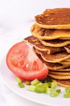 Panquecas ou bolinhos fritos são empilhados, um prato tradicional para o carnaval, uma opção de servir