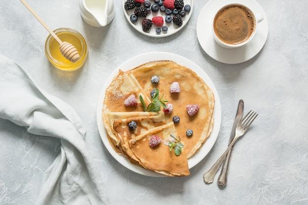 Panquecas russas com mel, frutas e leite