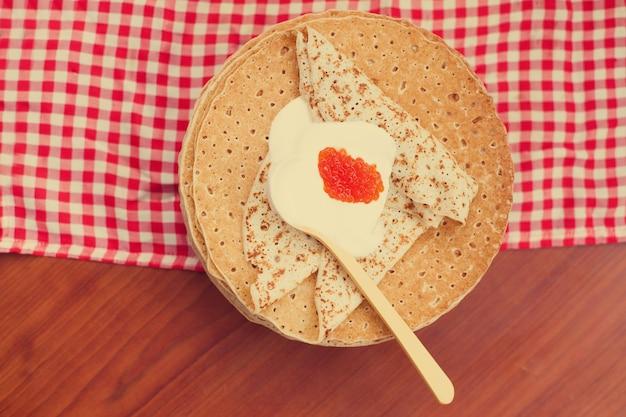 Panquecas russas ou blini com creme de leite. vista do topo. semana da panqueca. entrudo. espaço para texto