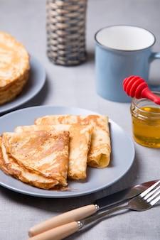 Panquecas russas tradicionais com mel. entrudo. maslenitsa semana. foco seletivo, close-up.