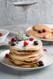 Panquecas saborosas com cobertura de frutas