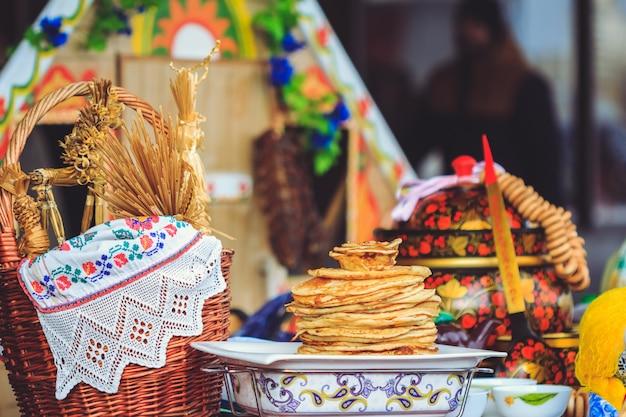 Panquecas tradicionais nacionalmente pratos da bielorrússia em shrovetide