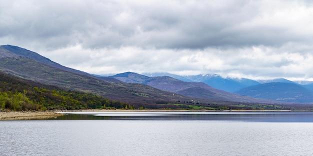 Pântano de alta montanha com céu dramático e cordilheira em camadas. navacerrada madrid.