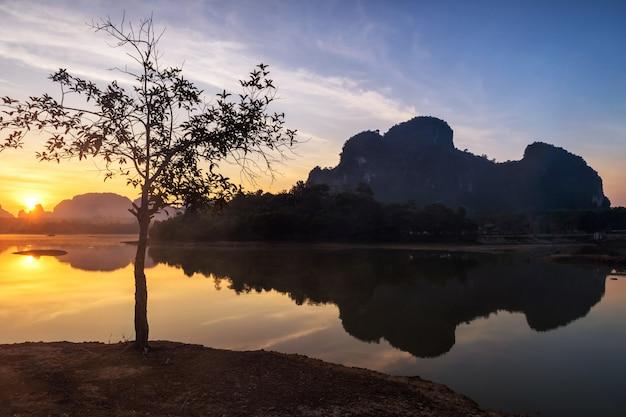 Pântano de nong thale com montanhas de pedra calcária ao nascer do sol