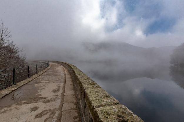 Pântano de santa fe com nevoeiro, parque natural de montseny