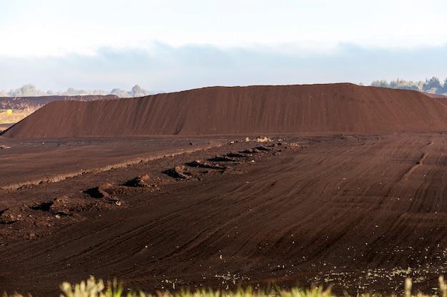 Pântano e o campo no qual a produção é realizada na mineração de turfa negra, indústria,
