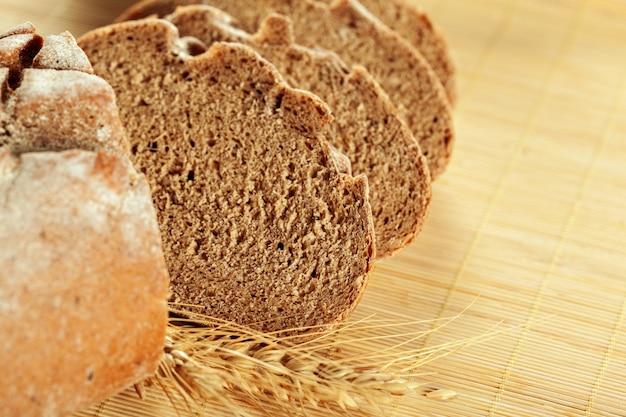 Pão acabado de cozer na mesa de madeira