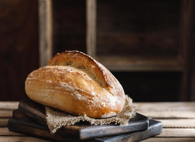 Pão acabado de cozer. pão caseiro sourdough