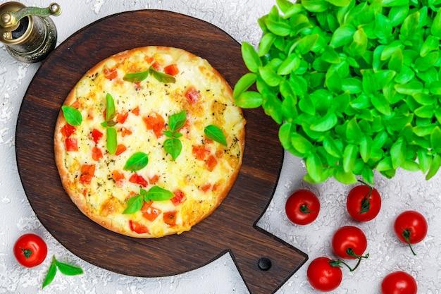 Pão achatado com tomate, queijo e manjericão