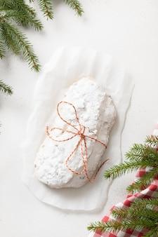 Pão alemão stollen de natal em formato vertical de fundo branco