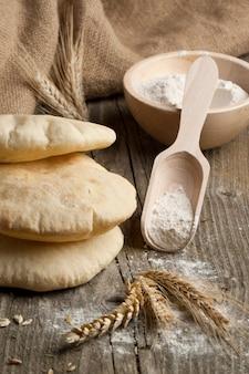 Pão árabe com orelhas e farinha