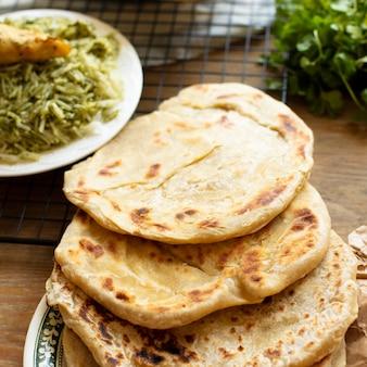Pão árabe com receita indiana tradicional de arroz
